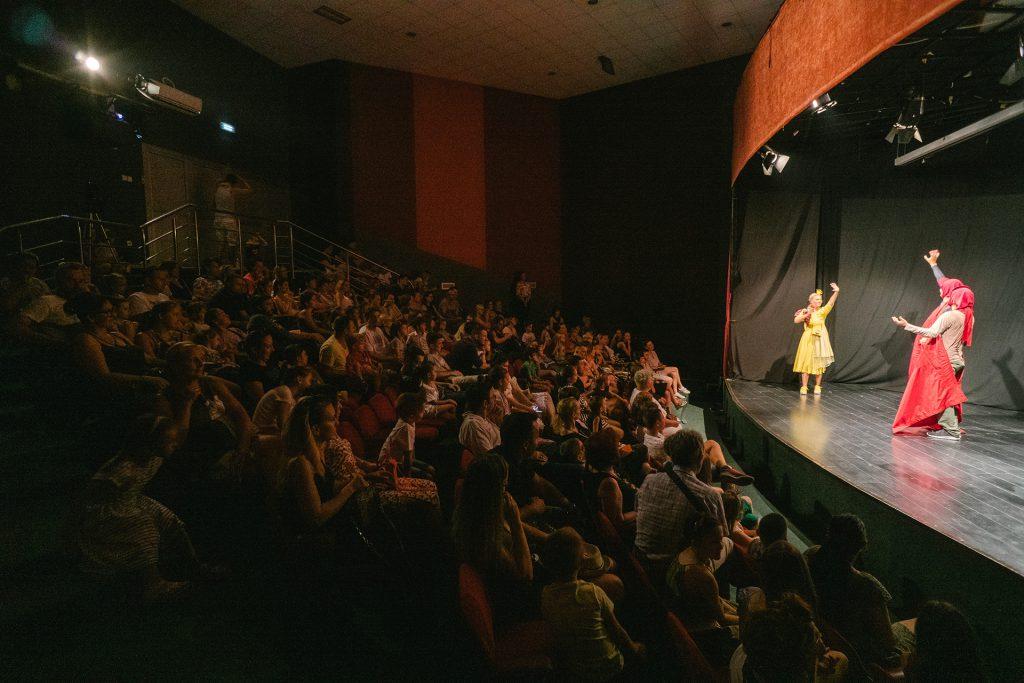 USPJEŠNO ZAVRŠEN projekat Nevid teatra OBRAZOVANJE KROZ IGRU: Odigrana predstava PRINCEZA ZLATKA U KRALJEVSTVU BOJA pred prepunom salom Doma omladine u Banjaluci